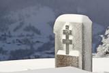 Monument aux morts français avec croix de Lorraine  en hiver poster