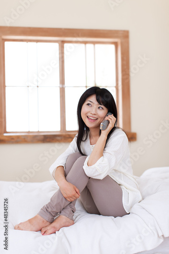 電話で話す若い女性