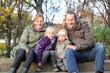 Familie sitzt in einem Park auf der Treppe