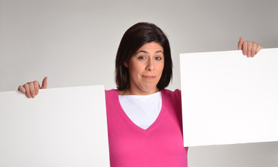 Mujer obesa en dieta sujetando panel blanco.