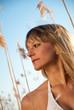 junge Frau im Bikini im Schilf stehend