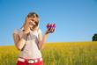 junge Frau mit gesundem Essen in der Hand in der Natur
