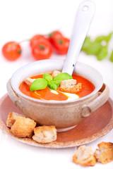 Tomatensuppe angerichtet mit Löffel