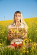 junge Frau mit Obstkorb in der Blumenwiese
