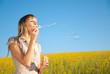 junge Frau mit Seifenblasen