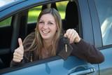 Glückliche Autofahrerin mit Schlüssel