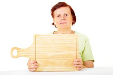 Seniorin mit Holzbrett