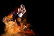 männlicher Tänzer hört explosive Musik