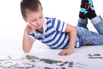Kind mit Puzzle
