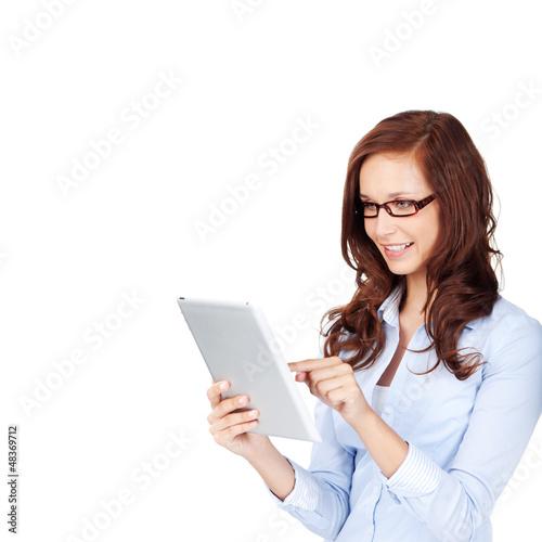lächelnde frau mit tablet-pc