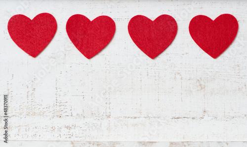 Vier Herzen auf Holz