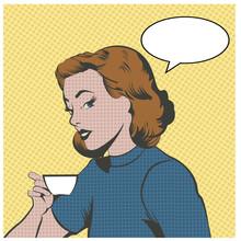 Belle femme de boire du café ou de thé