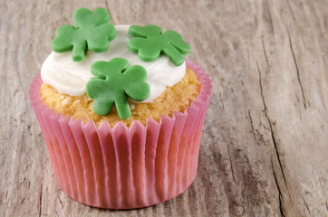 Irischer St Patricks Day cupcake mit Kleeblättern
