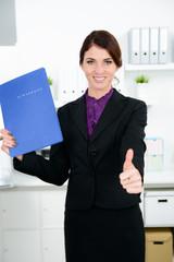geschäftsfrau mit bewerbungsunterlagen