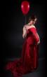 femme enceinte et ballon rouge
