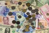 Banknoten und Münzen mit unterschiedlicher Währung