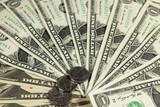Dollarscheine und Münzen