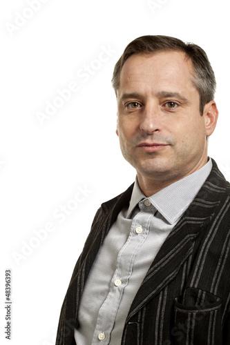 ritratto di uomo serio su sfondo bianco