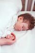 Neonato che dorme beatamente nella sua culla