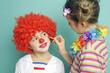 Kleiner Clown wird geschminkt