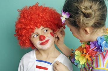 Mädchen schminkt ihren Bruder
