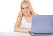 Attraktive junge Frau am Laptop