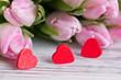 3 rote Herzen mit Tulpenstrauß
