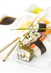 Sushi auf weiß Hochformat