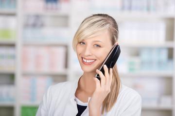 lächelnde apothekerin am telefon