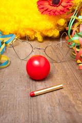 Clownskostüm auf einem Holztisch