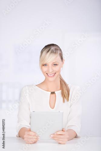 frau mit tablet am arbeitsplatz