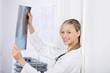 ärztin mit röntgenbild in der praxis