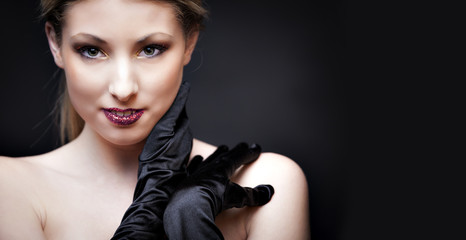 Ragazza bionda sexy con guanti neri