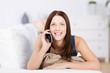 junge lächelnde frau telefoniert zu hause