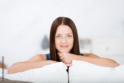 junge frau zu hause auf dem sofa