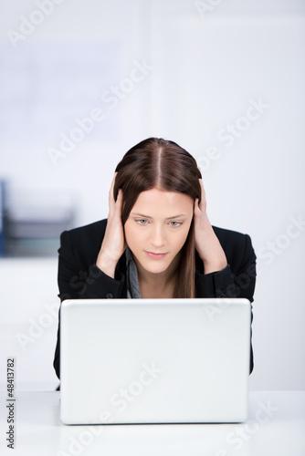 frau mit computerproblem