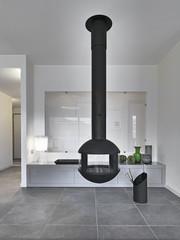 camino di ferro sospeso nel soggiorno moderno