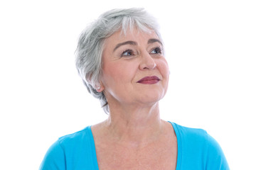Ältere Frau blickt gelassen in ihre Zukunft
