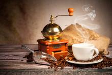 Martwa kawy z drewnianym młynku