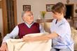 Pflegekraft hilft Senior