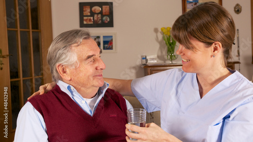 Pflegerin hilft Senior