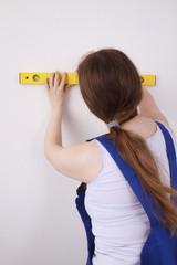 Heimwerkerin zeichnet eine gerade Linie