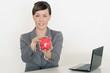 Geschäftsfrau mit rotem Sparschwein