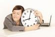 Geschäftsfrau schläft an ihrem Arbeitsplatz