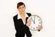 Geschäftsfrau hält Uhr in der Hand
