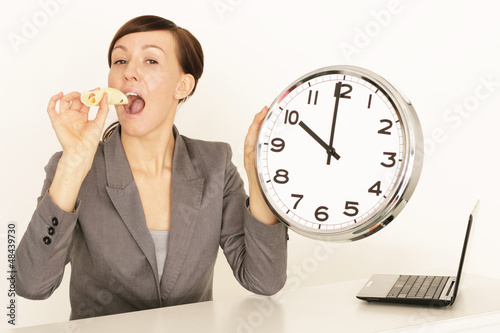 Frau macht Pause am Arbeitsplatz