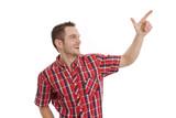 Junger Mann in Rot deutet auf etwas hin