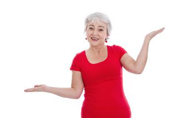 Balance - ältere Frau hält sich die Waage - isoliert rot