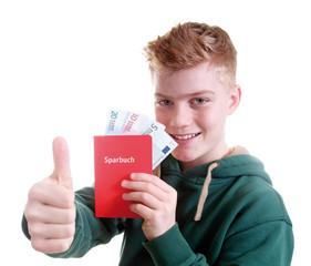 Junge zeigt Sparbuch und Geldscheine