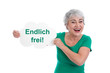 Endlich frei! Glückliche ältere Frau in Grün